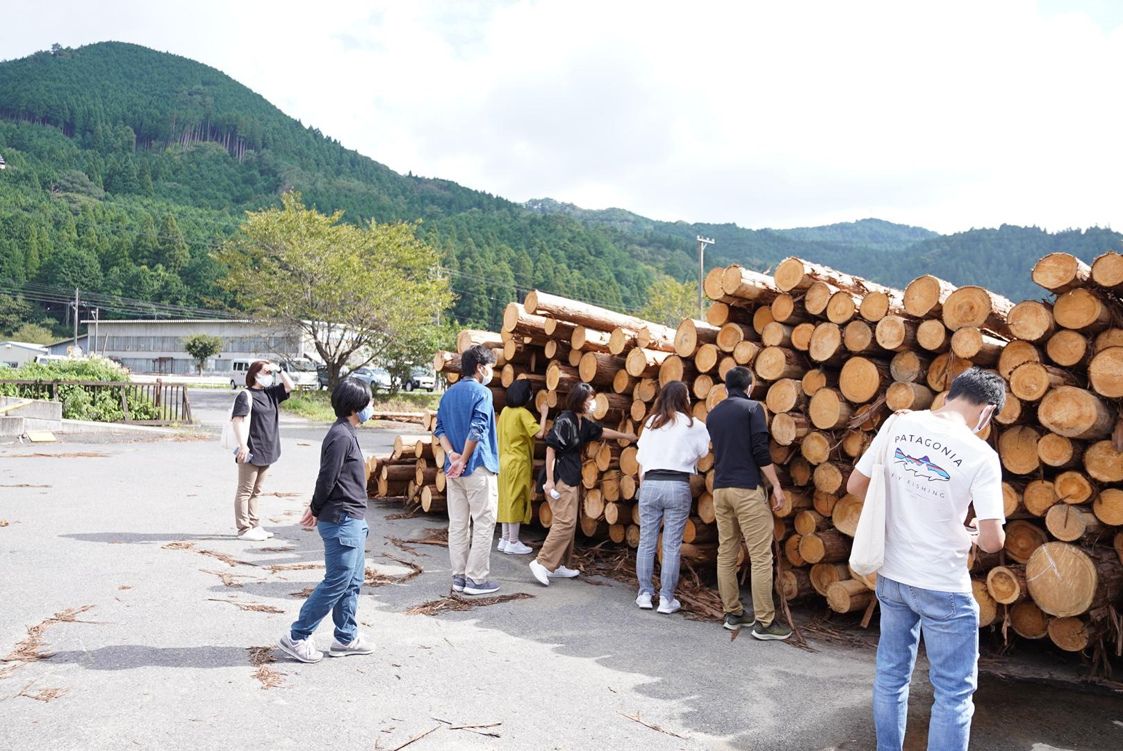 実際にスタッフで訪れた森の学校様 木材貯蓄場所